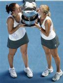图文:女双邦达连科姐妹夺冠 姐妹俩亲奖杯