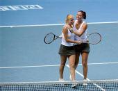 图文:女双邦达连科姐妹夺冠 姐妹俩相互拥抱
