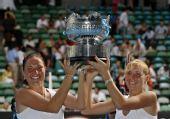 图文:女双邦达连科姐妹夺冠 姐妹俩高举奖杯