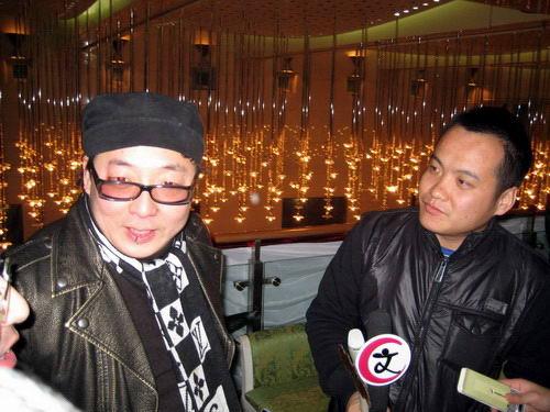 宁浩和彭波一起接受采访