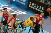 图文:轮椅篮球加拿大男队夺冠 救球跌倒