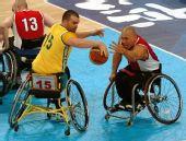 图文:轮椅篮球加拿大男队夺冠 你争我夺