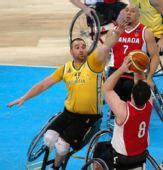 图文:轮椅篮球加拿大男队夺冠 封盖投篮