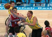 图文:轮椅篮球加拿大男队夺冠 空中拦截抢断
