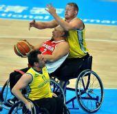 图文:轮椅篮球加拿大男队夺冠 背后连搂带抱
