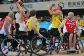 图文:轮椅篮球邀请赛加拿大夺冠 争夺激烈