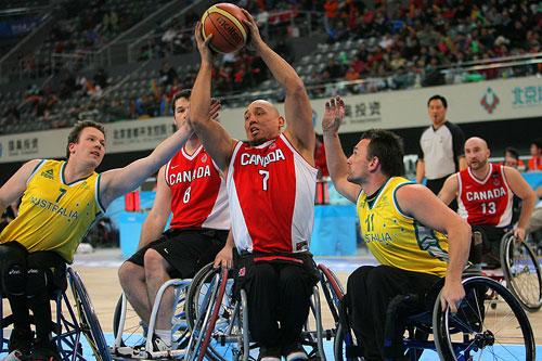图文:轮椅篮球邀请赛加拿大夺冠 抢断