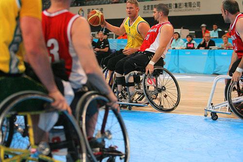 图文:轮椅篮球邀请赛加拿大夺冠 拦截