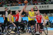 图文:轮椅篮球邀请赛加拿大夺冠 拼抢