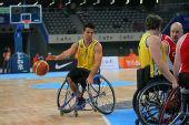 图文:轮椅篮球邀请赛加拿大夺冠 运球