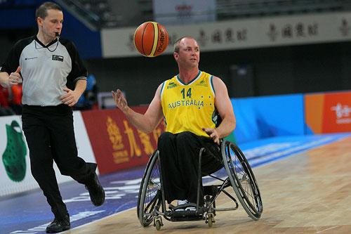 图文:轮椅篮球邀请赛加拿大夺冠 运筹帷幄