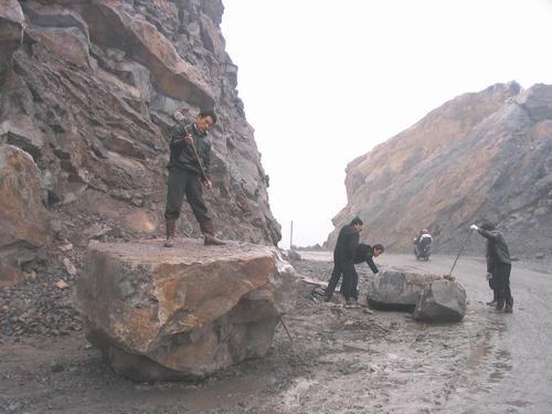 巨石滚下山崖挡住环山路
