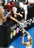 图文:莎拉波娃2-0伊万诺维奇 和亲友分享奖杯