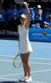 图文:莎拉波娃2-0伊万诺维奇 莎娃向观众致意