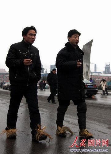 娄底市两位青年用草绳缠脚防止打滑