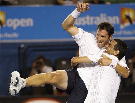图文:以色列组合男双夺冠 亲密拥抱