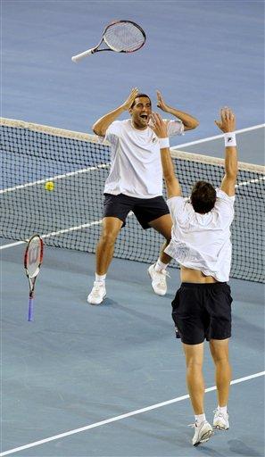 图文:以色列组合男双夺冠 扔拍庆祝胜利