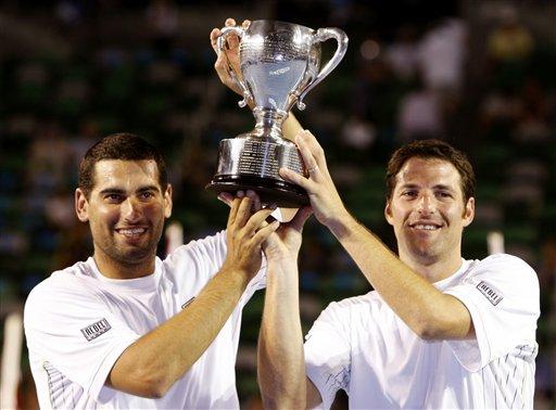 图文:以色列组合男双夺冠 默契搭档举起奖杯