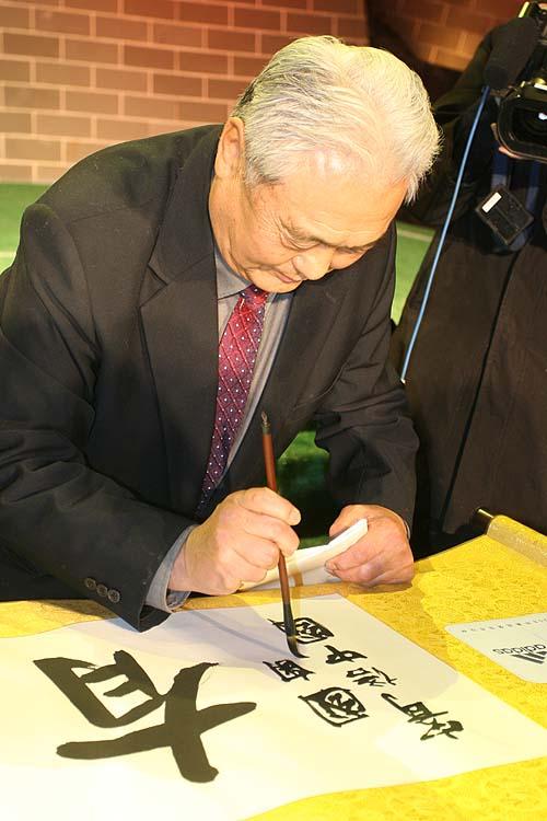 图文:长城之星正式亮相 年维泗献上亲笔签名
