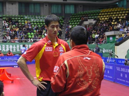 图文:[乒乓球]男乒内部对抗赛 现场指点王励勤