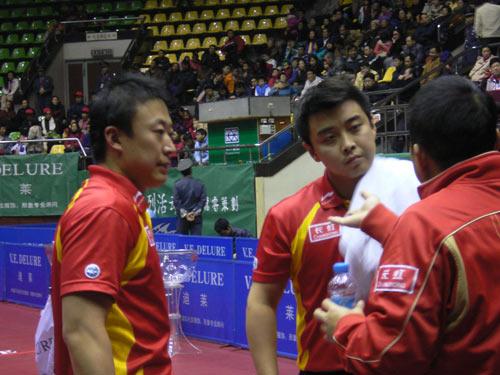图文:[乒乓球]男乒内部对抗赛 刘国梁生动讲解