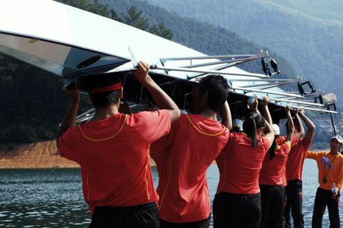 PK赛前何柳指挥桨手抬艇下水