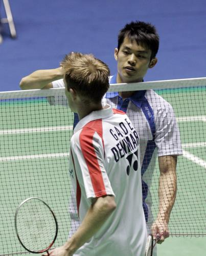 图文:[羽毛球]林丹2-0盖德 赛后和对手握手