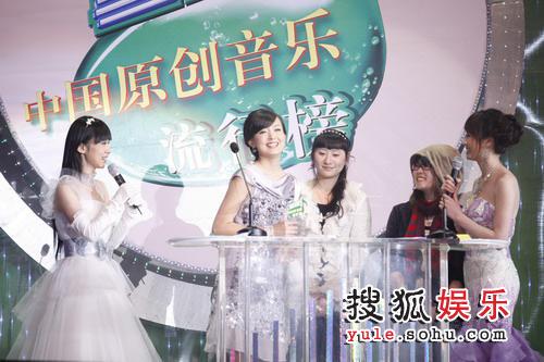 2007雪碧音乐榜颁奖礼现场 周奇奇和歌迷分享快乐