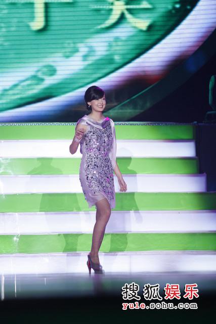 2007雪碧音乐榜颁奖礼现场 周奇奇欣喜步入领奖台