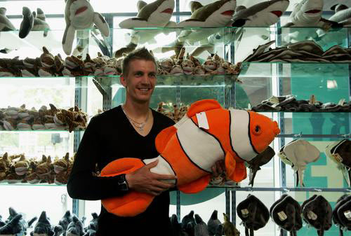 抱着海鱼模型留影