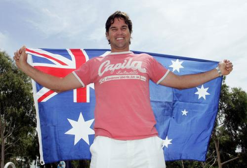 图文:拉夫特入澳洲网球名人堂 兴奋得手舞足蹈