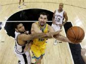 图文:[NBA]黄蜂胜马刺 佩贾突破上篮