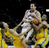 图文:[NBA]黄蜂胜马刺 吉诺比利突破受阻