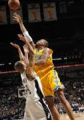 图文:[NBA]黄蜂胜马刺 韦斯特强攻篮下