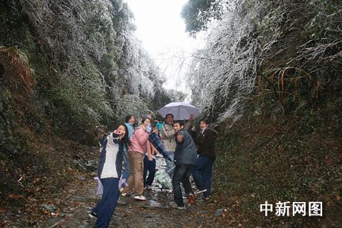 粤北梅关古道冰雪装扮 八方游人争相踏雪赏梅