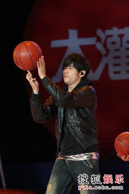 首映晚会— 周杰伦现场玩儿篮球