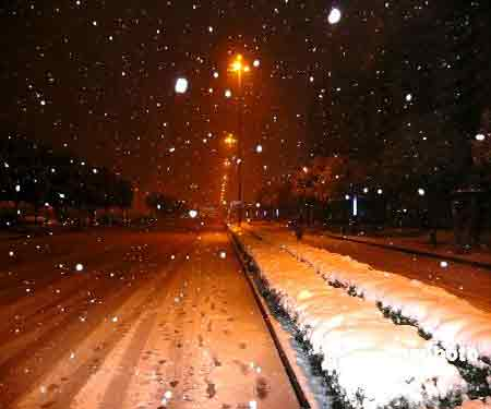 1月27日傍晚起,江苏扬州市出现中到大雪。据气象部门预报,27日夜间至28日将有大到暴雪,并将出现冰冻,积雪难以消融,也将造成市民出行不便。为确保人民生命财产安全,扬州市政府已经发出紧急通知:各地、各部门要迅速行动,认真做好道路积雪的清扫工作,组织干部群众及时清扫辖区和包干路段积雪。中新社发崔佳明 摄