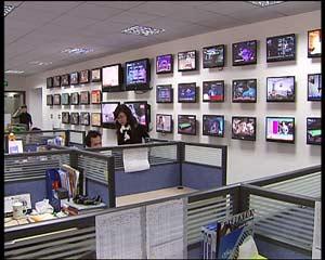 在侯总的销售公司,记者看到这样样一面挂满了电视的墙,几乎各地方台的直销广告都能看到。