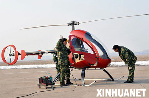 工作人员在调试无人机。新华社记者 赵鹏 摄