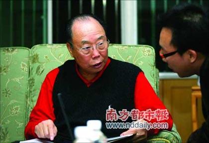 厉有为翻阅老照片,回忆10多年前在深圳的热情岁月。