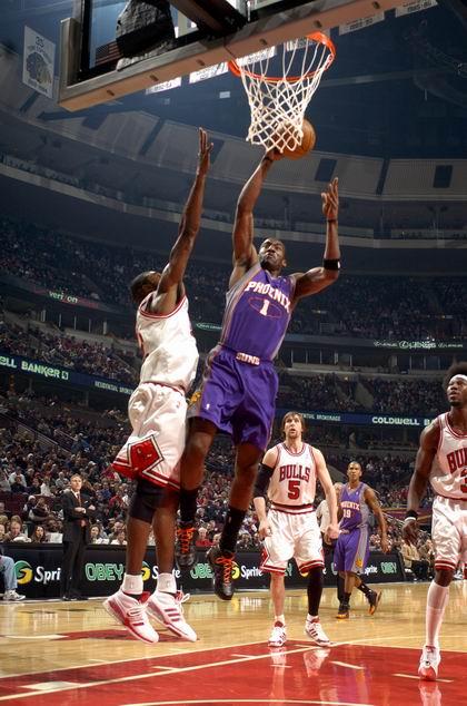 图文:[NBA]太阳胜公牛 小斯扣篮