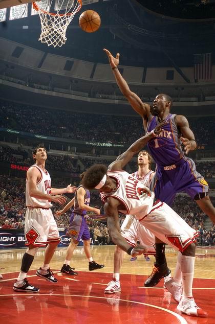 图文:[NBA]太阳胜公牛 小斯撞大本