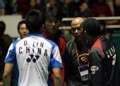图文:男单决赛林丹与李矛争吵 林丹李矛对峙