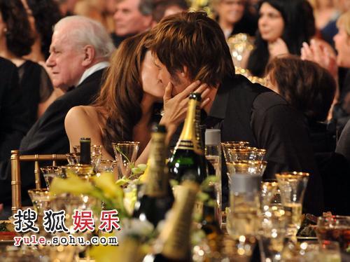 朱莉与皮特幸福拥吻