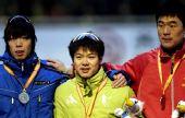 图文:速滑于凤桐获男子1000米冠军 领奖台合影