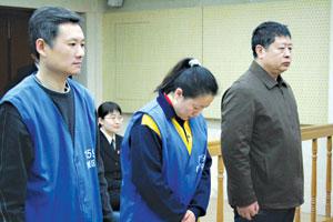 """陈某(左一)多用""""不清楚""""来回答提问,乔某(中)、取保候审的赵某一同在法庭上接受审理 摄/记者 李奎"""