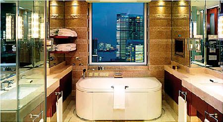 上图:浴室的电视和镜子都是防雾型的