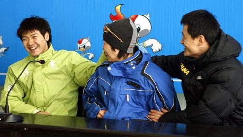 图文:速滑男短赛后发布会 三人开着玩笑