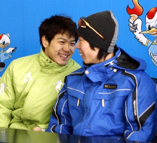 图文:速滑男短赛后发布会 两人说着悄悄话
