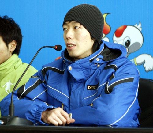 图文:速滑男短赛后发布会 安伟江接受采访